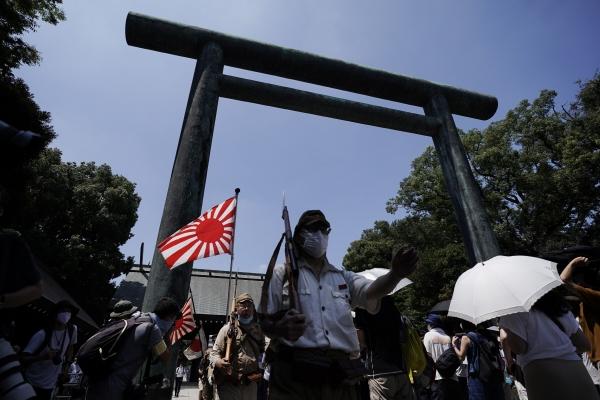 ▲구일본군 육군과 해군복을 입은 사람들이 8월 15일 일본 도쿄 야스쿠니신사 인근을 행진하고 있다. 도쿄/AP뉴시스