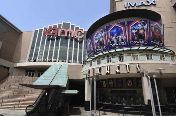 ▲글로벌 영화관 체인이 신종 코로나바이러스 감염증(코로나19)에 따른 관객 감소와 블록버스터 영화 개봉 연기라는 이중고에 시달리고 있다. 사진은 미국 캘리포니아주 버뱅크에 있는 AMC 극장이 4월 29일(현지시간) 문을 닫은 채로 있다. 버뱅크/AP뉴시스