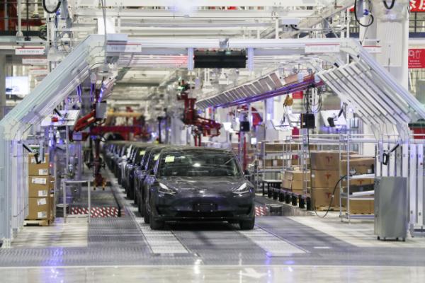 ▲중국 상하이 테슬라 기가팩토리에서 1월 7일(현지시간) 전기자동차가 생산되고 있다. 일본 니혼게이자이신문은 중국 공급업체가 전기차 부품 시장을 장악할 수 있다고 전했다. 상하이/AP뉴시스