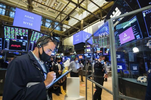 ▲뉴욕증권거래소(NYSE)에서 트레이더들이 거래에 열중하고 있다. 뉴욕/AP뉴시스