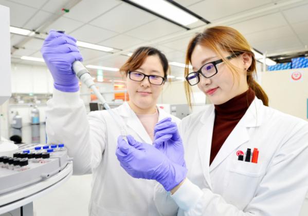 ▲LG화학 미래기술연구센터 연구원들이 신규 개발한 생분해성 신소재의 물성을 테스트하고 있다. (사진제공=LG화학)