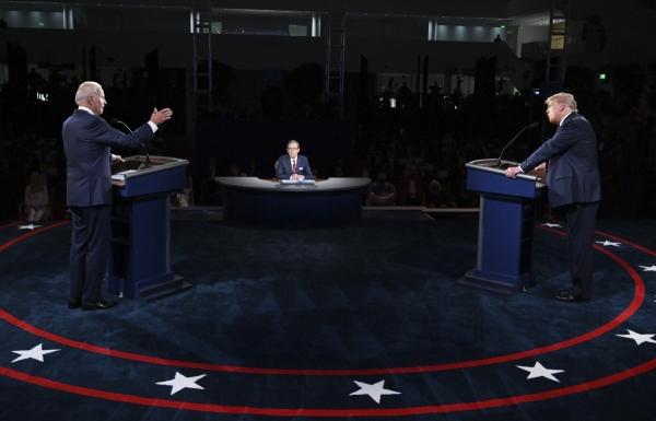 ▲도널드 트럼프 미국 대통령(오른쪽)과 조 바이든 민주당 대선 후보가 9월 29일(현지시간) 미 오하이오주 클리블랜드 케이스 리저브 웨스턴 대학에서 열린 제1차 TV 토론에 참석해 발언하고 있다. 클리블랜드/AP뉴시스