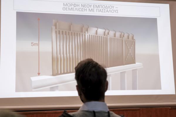 ▲그리스 정부가 19일(현지시간) 아테네에서 기자회견을 열고 터키와의 국경을 따라 건설할 장벽의 모습을 공개하고 있다. 아테네/AP뉴시스