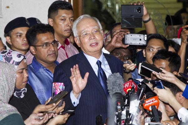 ▲나집 라작(가운데) 말레이시아 전 총리가 2018년 9월 20일 국부펀드 1MDB 자금 유용 스캔들과 관련해 쿠알라룸푸르 고등법원에서 재판을 마치고 기자회견을 하고 있다. 쿠알라룸푸르/AP뉴시스