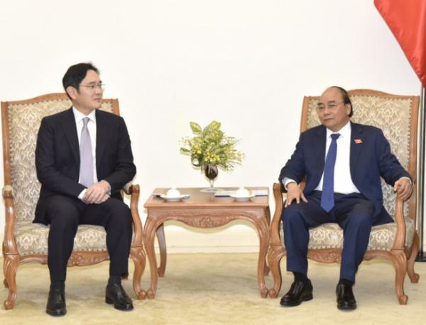 ▲이재용 삼성전자 부회장이 20일 베트남 하노이에서 응우옌 쑤언 푹 총리를 예방했다.  (사진제공=삼성전자)