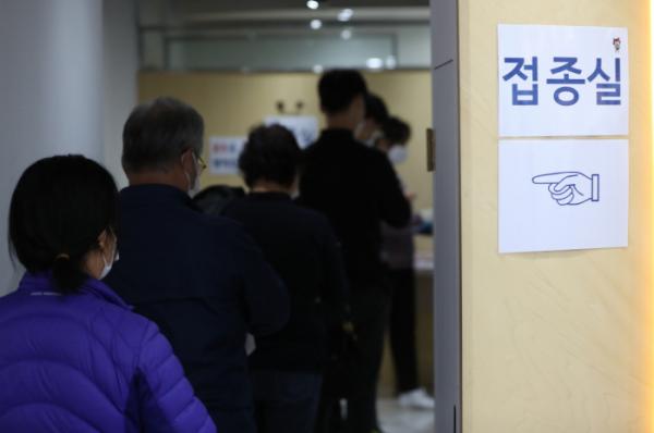 ▲21일 한국건강관리협회 서울서부지부를 찾은 시민들이 예방접종을 하기 위해 줄을 서고 있다. (뉴시스)