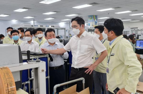 ▲이재용 부회장이 20~21일 베트남 하노이 인근에 위치한 삼성 복합단지를 찾아 스마트폰 생산공장 등을 점검하고 있다.  (사진제공=삼성전자)