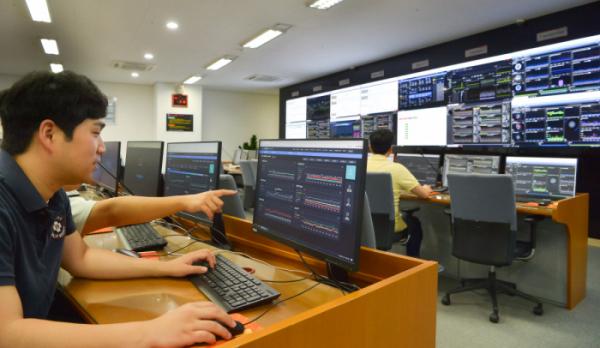 ▲SK(주) C&C 직원들이 판교 클라우드센터에서 클라우드 서비스를 모니터링하고 있다.  (사진제공=SK(주) C&C )