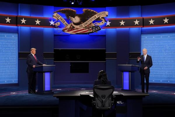 ▲도널드 트럼프 미국 대통령과 조 바이든 민주당 대선 후보가 22일(현지시간) 내슈빌 벨몬트대에서 열리는 마지막 대선 후보 TV토론회 무대에 오르고 있다. 내슈빌/AP연합뉴스
