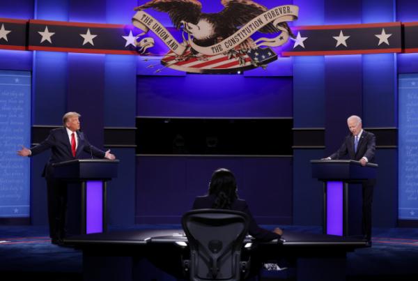 ▲도널드 트럼프(왼쪽) 미국 대통령과 조 바이든 미국 민주당 대통령 후보가 22일(현지시간) 테네시주 내슈빌에서 열린 TV토론에서 발언하고 있다. 내슈빌/UPI연합뉴스