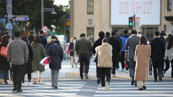 ▲절기상 서리가 내린다는 '상강'인 23일 오전 전국 대부분 지역에서 아침 기온이 5도 내외로 낮은 기온을 기록했다. 두꺼운 복장을 한 시민들이 서울 광화문사거리를 지나고 있다. (연합뉴스)