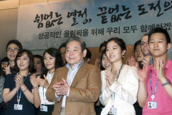 ▲이건희 삼성그룹 회장이 2011년 삼성 직원들과 함께 사진을 촬영하고 있다. (사진제공=삼성)