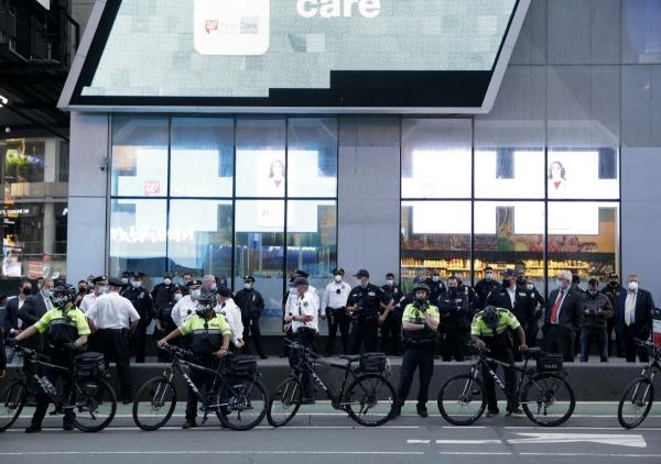 ▲미국 뉴욕 타임스스퀘어에서 뉴욕경찰(NYPD)이 2일(현지시간) 시위 현장을 지키고 서 있다. 뉴욕/UPI연합뉴스