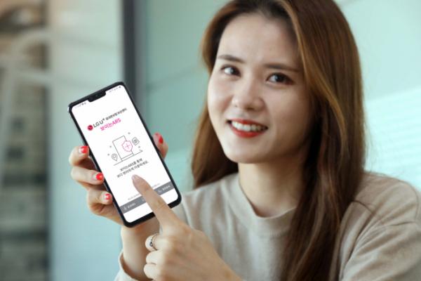 ▲모델이 스마트폰에서 '보이는 ARS' 서비스 화면을 보여주고 있다. (사진제공=LG유플러스)