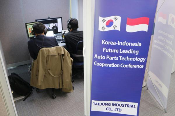 ▲이노비즈협회가 개최한 한-인니 자동차부품 기술협력을 위한 콘퍼런스에 참석한 국내 기업이 인도네시아 현지 기업과 함께 비대면(언택트) 상담회를 진행하고 있다.  (사진제공=이노비즈협회)