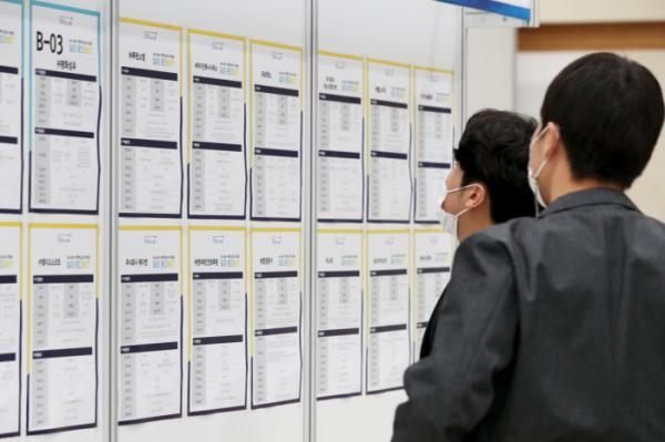 ▲구직자들이 채용 정보를 보고 있다.  (사진제공=뉴시스)