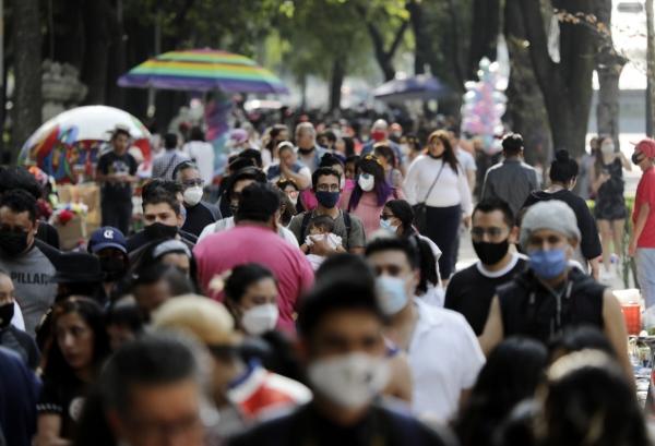 ▲멕시코 시민이 18일(현지시간) 거리를 활보하고 있다. 멕시코시티/AP뉴시스