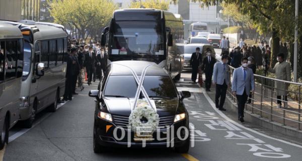 ▲28일 오전 고(故) 이건희 삼성전자 회장의 운구차량이 서울 일원동 삼성의료원 장례식장을 빠져나오고 있다.  (신태현 기자 holjjak@)