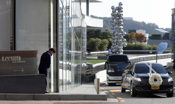 ▲28일 오전 고(故) 이건희 삼성전자 회장의 운구차량이 서울 리움미술관 앞을 지나고 있다.  (연합뉴스)