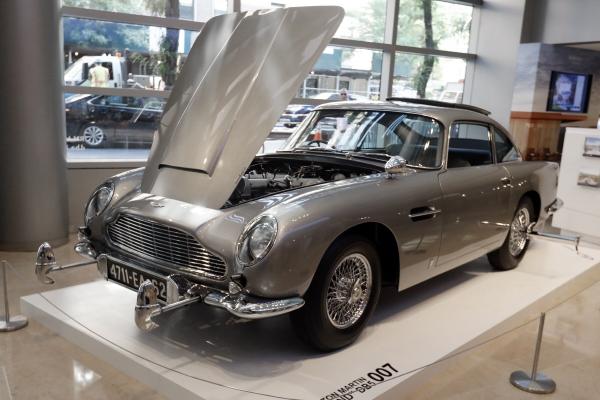 ▲미국 뉴욕의 소더비 경매장에 지난해 7월 29일(현지시간) 영화 007 제임스 본드 시리즈에 등장한 영국 애스턴마틴의 DB5가 전시돼 있다. 뉴욕/AP뉴시스