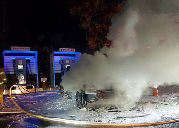 ▲올해 10월 17일 경기 남양주시 와부읍 주민자치센터 주차장에 세워진 코나 전기차(EV)에서 배터리 충전 중 불이 나 차량이 전소됐다. (연합뉴스)