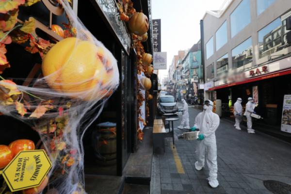 ▲29일 오전 용산구청 관계자들이 서울 용산구 이태원 거리에서 신종 코로나바이러스 감염증(코로나19) 확산 방지를 위해 방역을 하고 있다. (뉴시스)