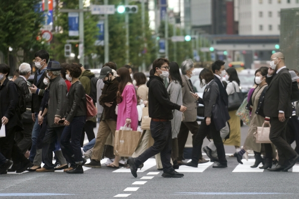 ▲일본 도쿄 시민들이 28일 마스크를 쓴 채 횡단보도를 건너고 있다. 도쿄/AP뉴시스