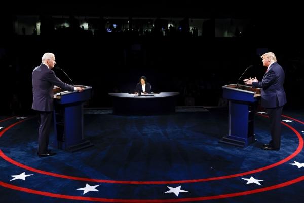 ▲도널드 트럼프 미국 대통령과 조 바이든 민주당 후보가 22일(현지시간) 미국 테네시주 내슈빌에 위치한 벨몬트대학에서 대선 전 마지막 토론을 벌이고 있다. 내슈빌/신화뉴시스