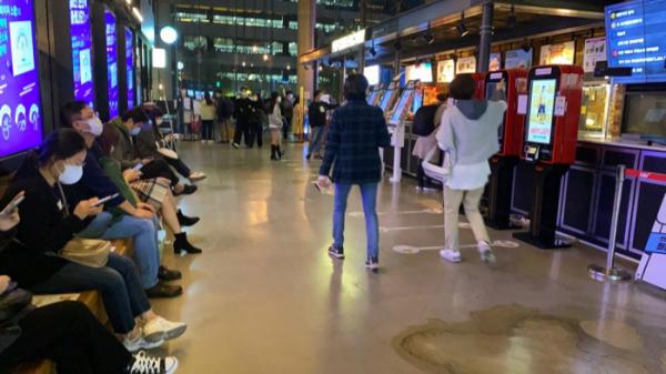 ▲30일 오후 7시 서울 서대문구 신촌 아트레온 CGV를 찾은 고객들이 영화관에서 대기하고 있다. (김혜지 기자 heyji@)