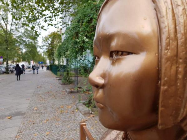 ▲지난달 25일(현지시간) 독일 수도 베를린에 설치된 '평화의 소녀상'에 빗물이 맺혀있다.  (연합뉴스)