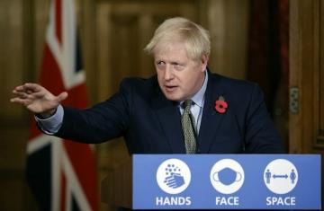 ▲보리스 존슨 영국 총리가 9일(현지시간) 런던 다우닝가 10번지에서 코로나19 관련 가상 기자회견을 하고 있다.   (출처=런던/AP뉴시스)