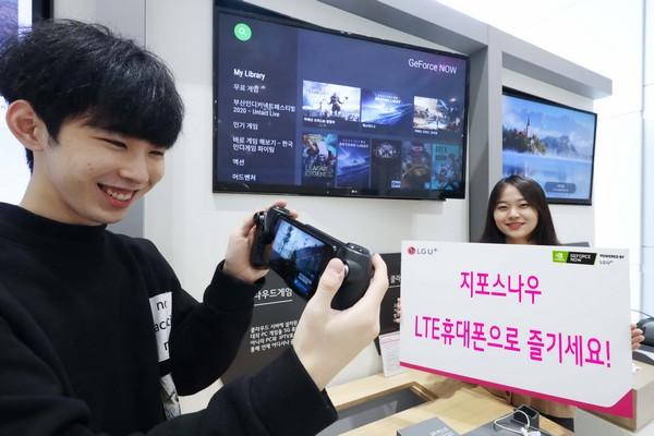 ▲LG유플러스 직원이 지포스나우를 활용해 고사양 게임을 시연하고 있다. (사진제공=LG유플러스)