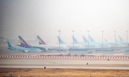 ▲15일 인천국제공항 계류장에 세워진 대한항공과 아시아나항공 여객기 모습.  (연합뉴스)