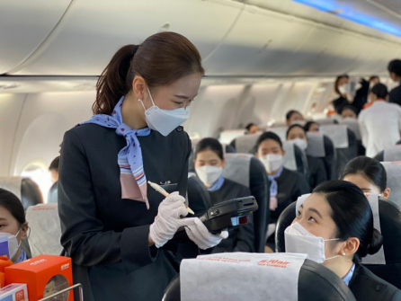 ▲20일 오전 제주항공 7C385편 김포~김포 에듀플라잇에서 항공운항과 학생이 기내 서비스 실습을 진행하고 있다.  (사진제공=제주항공)