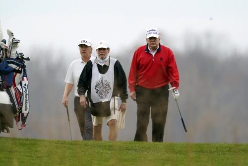 ▲도널드 트럼프 미국 대통령이 21일(현지시간) 버지니아주 스털링에 위치한 트럼프 내셔널 골프 클럽에서 골프를 치고 있다. 스털링/AP연합뉴스