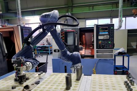 ▲㈜두산이 협력사 스마트공장 구축을 위해 도입한 협동로봇이 생산현장에서 작업을 수행하고 있다.  (사진제공=두산)