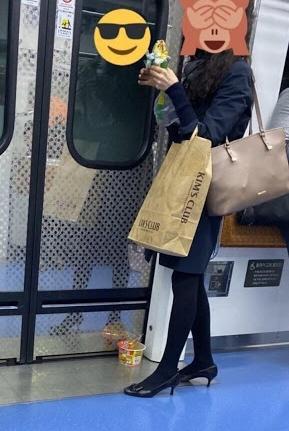 ▲지난해 신분당선 지하철 안에서 한 여성이 컵라면 등 음식을 섭취해 논란이 일었다. (출처=인터넷 커뮤니티 캡처)