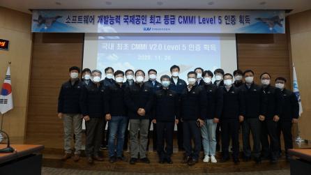 ▲한국항공우주산업이 항공기 핵심기술인 항공전자분야에서 국내 최초로 CMMI 2.0 버전의 최고 단계인 레벨 5 인증을 획득하고 기념사진을 촬영했다.  (사진제공=한국항공우주산업)
