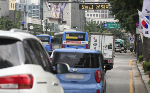 ▲서울 시내의 도로 위 전광판에 5등급 차량 운행 제한 안내가 표시돼 있다.  (뉴시스)