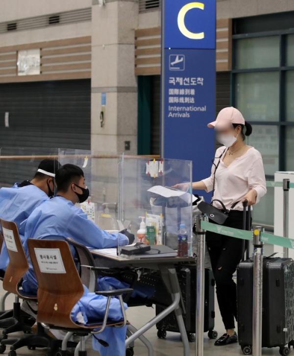 ▲신종 코로나바이러스 감염증(코로나19) 사태로 닫혔던 인천~중국 우한 직항 하늘길이 8개월 만인 지난 9월 다시 열린 모습. 인천국제공항 제1터미널에서 우한발 승객들이 입국하고 있다. (뉴시스)