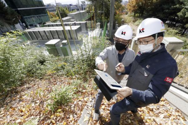 ▲KT 직원들이 KT 대구물류센터에 구축된 수소연료전지 발전설비를 KT-MEG을 통해 실시간으로 점검하고 있다. (사진제공=KT)