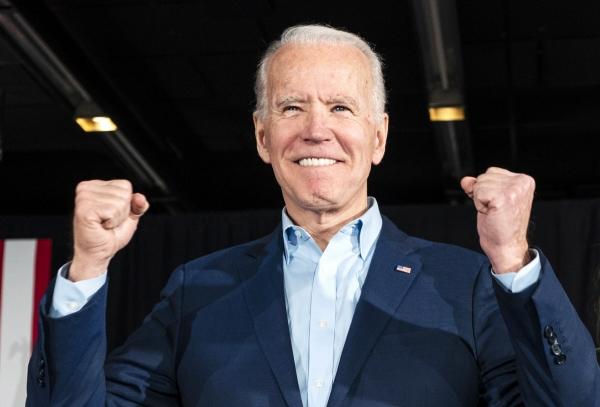 ▲46대 미국 대통령에 오르게 된 조 바이든이 2월 3일(현지시간) 아이오와주 디모인에서 열린 코커스(당원대회)에서 지지자들에게 인사하고 있다. AP통신과 CNN 등 미국 언론매체들은 7일 바이든이 펜실베이니아주에서 승리해 대선 당선에 필요한 선거인단 270명을 넘겼다고 일제히 보도했다. 디모인/EPA연합뉴스