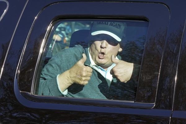 ▲도널드 트럼프 미국 대통령이 8일(현지시간) 버지니아주 스털링 골프클럽에서 출발하며 지지자들을 향해 양 엄지를 들어보이고 있다. 트럼프 대통령이 대선 불복의 뜻을 굽히지 않으면서 대선 결과에 베팅했던 사람들도 배당금을 받지 못하고 있다. 스털링/AP연합뉴스