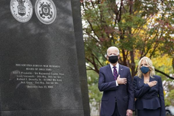 ▲조 바이든(왼쪽) 미국 대통령 당선인과 질 바이든 여사가 11일(현지시간) 펜실베이니아주 필라델피아 한국전 참전 기념공원을 찾아 기념비 앞에서 경례하고 있다. 필라델피아/AP연합뉴스