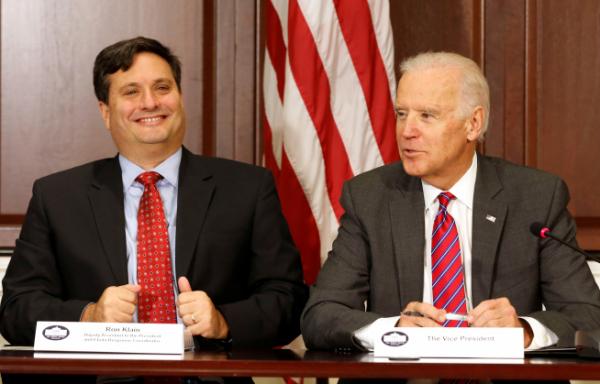 ▲론 클레인(왼쪽) 신임 백악관 비서실장 지명자와 조 바이든 미국 대통령 당선인이 2014년 부통령 재직 시절 워싱턴D.C. 백악관 회의에 동석하고 있다. 바이든 당선인은 자신의 첫 백악관 비서실장으로 30년 지기 클레인을 선택했다. 워싱턴D.C./로이터연합뉴스
