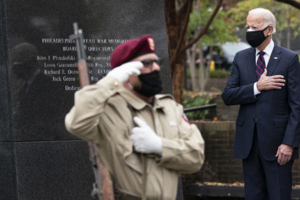 ▲조 바이든(오른쪽) 미국 대통령 당선인이 11일 펜실베이니아주 필라델피아 한국전 기념 공원의 기념비 앞에서 가슴에 손을 얹고 경례하고 있다. 필라델피아/AP뉴시스