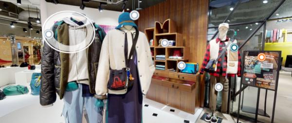 ▲서울 스타필드 코엑스몰에 있는 럭키 마르쉐 매장을 구현한 가상 매장. 동그라미를 누르면 해당 옷, 액세서리의 상세정보를 확인하고 구입할 수 있는 링크로 연결된다.  (사진제공=코오롱FnC '럭키 고 스마일마켓')