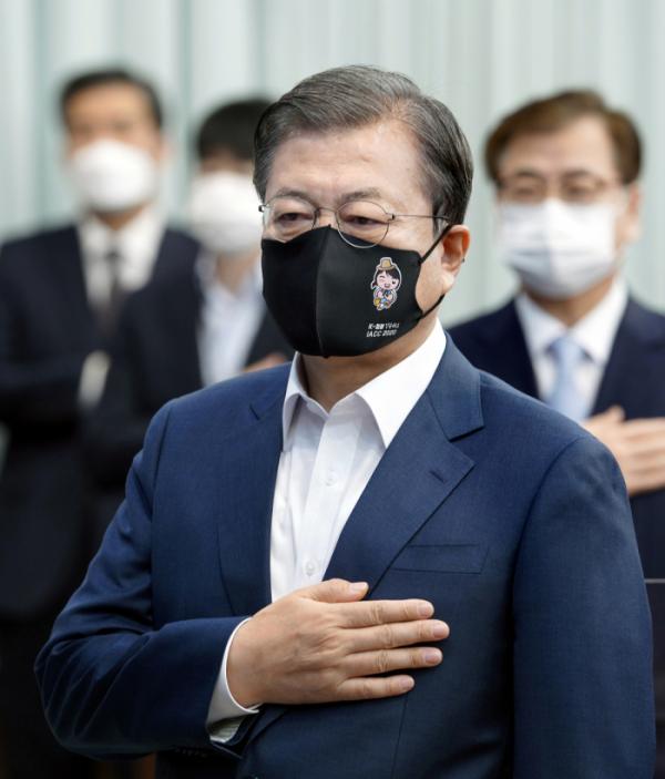 ▲국기에 경례하는 문 대통령  (연합뉴스)