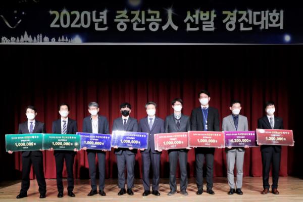 ▲(가운데)김학도 이사장, (오른쪽2번째) 최우수 조승민 온라인수출처 팀장 (중진공 제공)