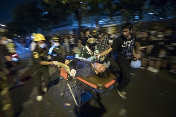 ▲17일 태국 방콕에서 총상을 입은 시위대 중 한 명이 들것에 실린 채 이송되고 있다. 방콕/AP연합뉴스
